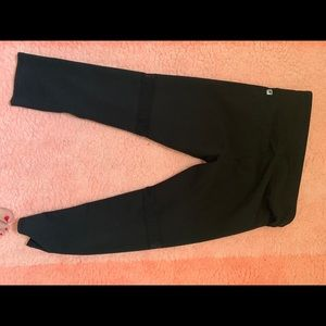 Fabletics legging black. Mid leg crop